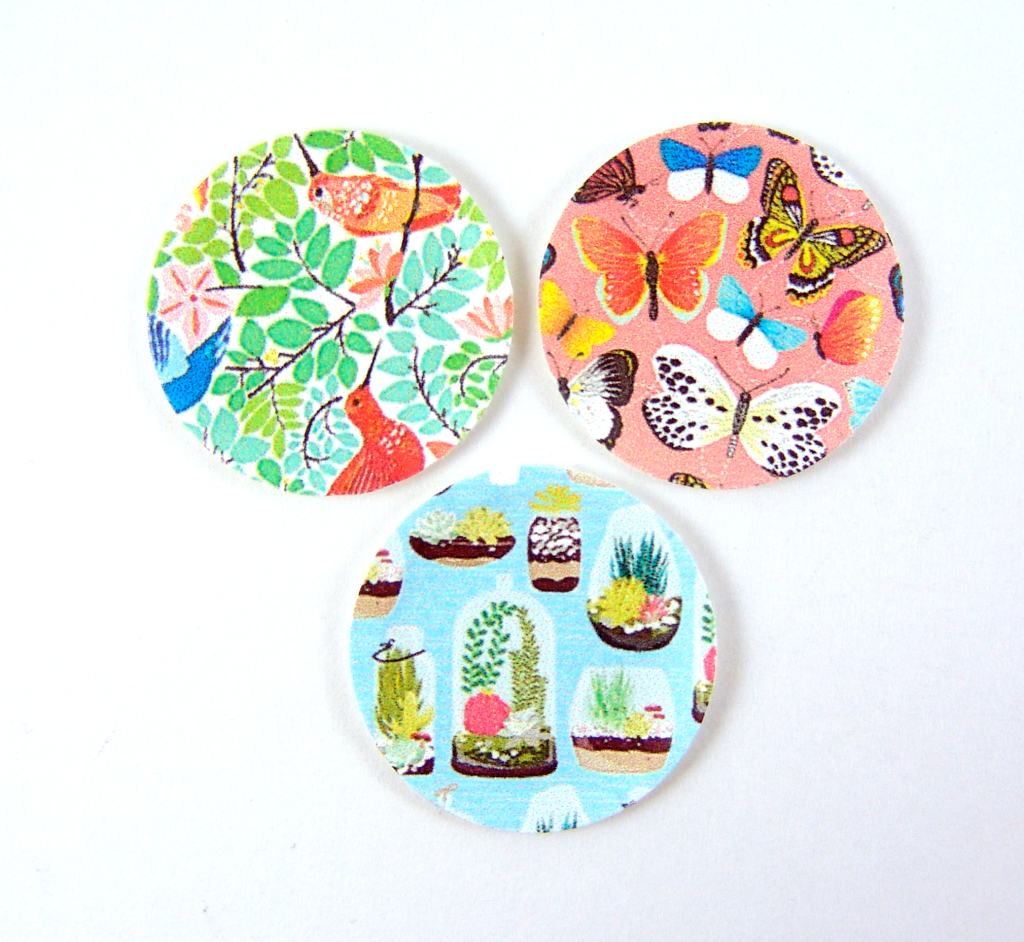 Dollhouse miniature paper plates in 1/12 scale